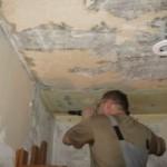 Очищаем поверхность потолка
