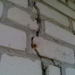 Причины появления трещин в стенах дома