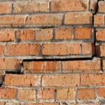 Как отремонтировать кирпичную стену?
