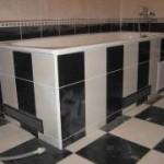 Приклеивание плитки в ванной комнате