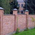 Как установить забор из кирпича?
