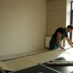Как правильно поклеить обои, чтобы скрыть недостатки стен?