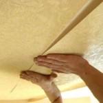 Как оклеить потолок обоями в комнате