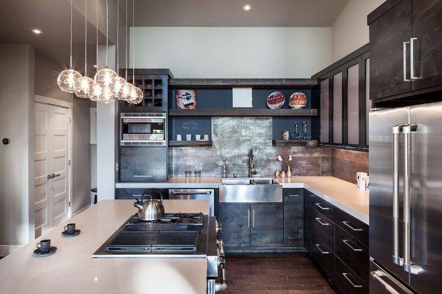 Темно-коричневая кухня из камня