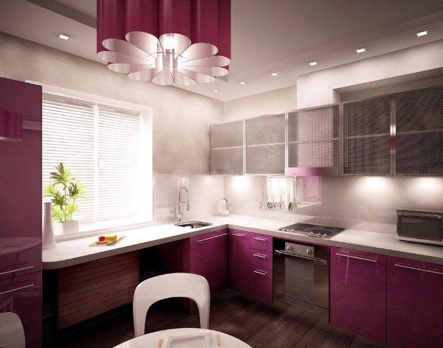Бардовая кухня с точечным освещением