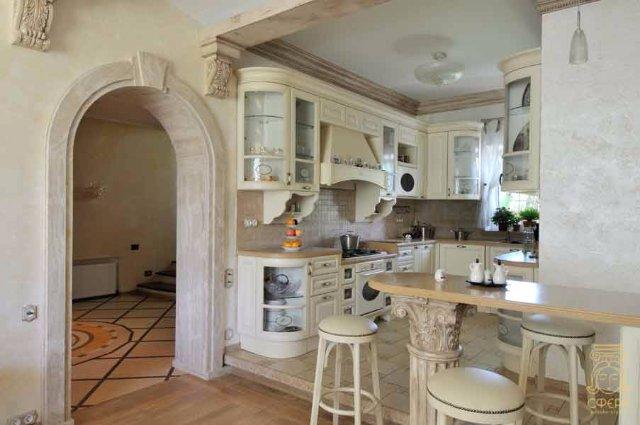 Интерьер кухни в римском стиле