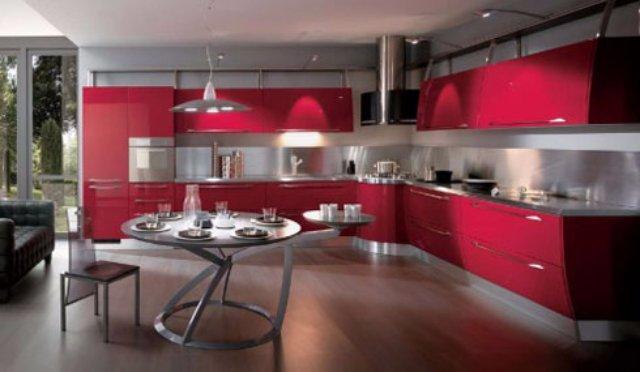 Интерьер кухни в частном доме с акцентом на красный