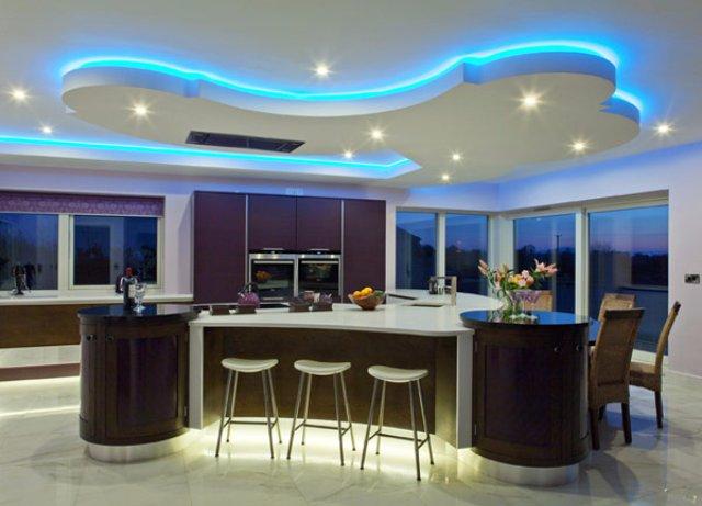 Стильный интерьер кухни с красивым точечным освещением