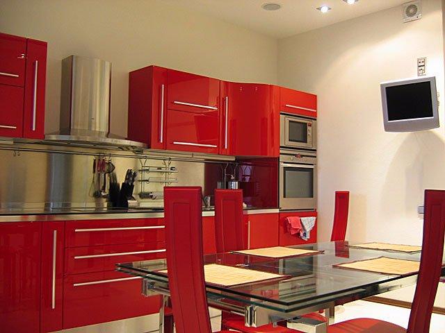 Интерьер кухни для любителей красного цвета
