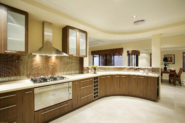 Огромная полукруглая кухня из дерева и плитки