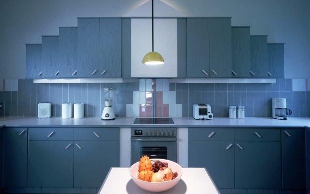 Современный дизайн кухни в синих спокойных тонах
