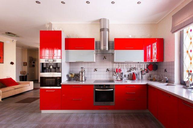 Дизайн совмещенной красной кухни