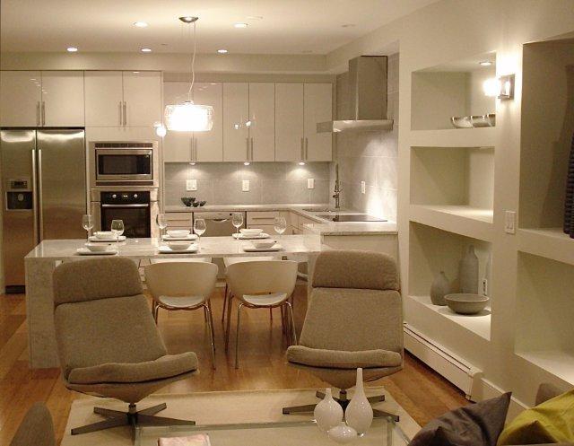 Большая светлая кухня с современным дизайном интерьера