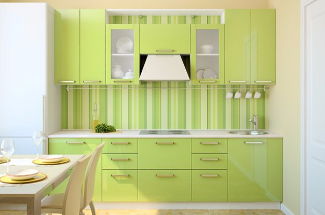 Неплохой дизайн маленькой кухни в светлых тонах