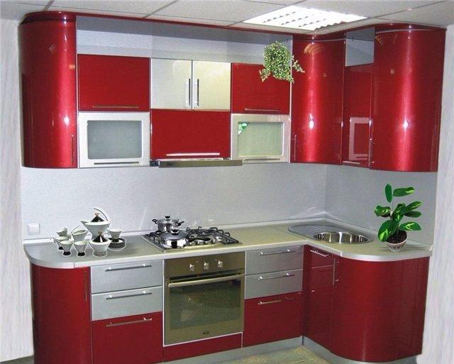 Дизайн бардовой угловой кухни небольших размеров