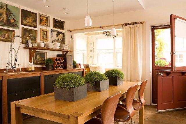 Интерьер кухни, выполненный в теплых тонах. Шикарно смотрится!