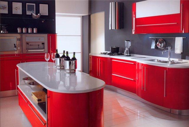 Дизайн яркой темно-красной кухни