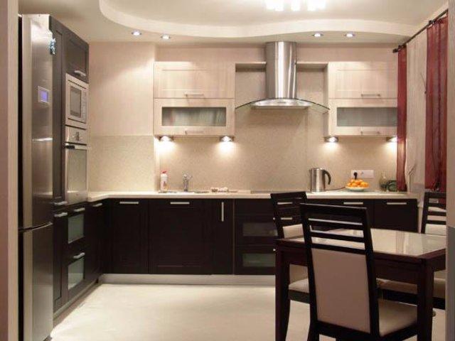 Небольшая светло-коричневая кухня