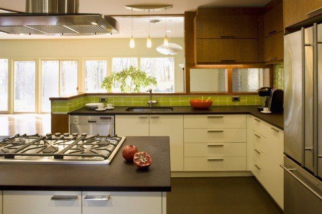 Красивый дизайн кухни с панорамным остеклением