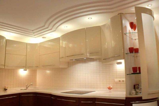 Дизайн светлой кухни с многоярусными потолками