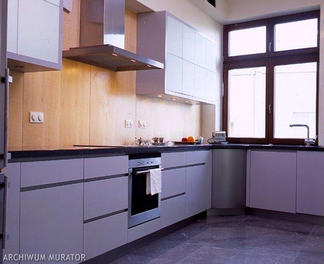 Дизайн фиолетовой кухни со вставками из дерева