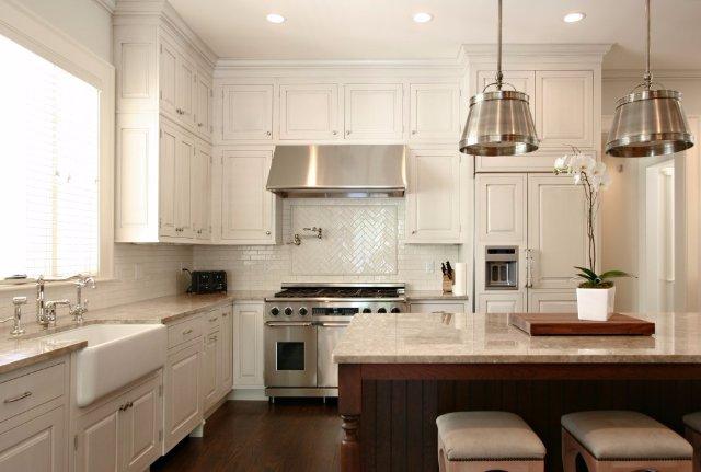Дизайн светлой кухни с использованием мрамора