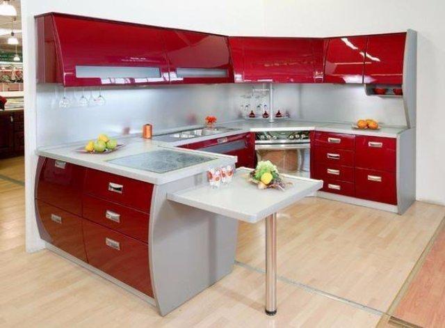 Серо-вишневая кухня с оригинальным гарнитуром