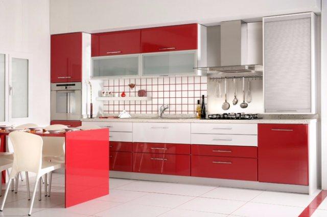 Красивый дизайн интерьера бело-красной кухни