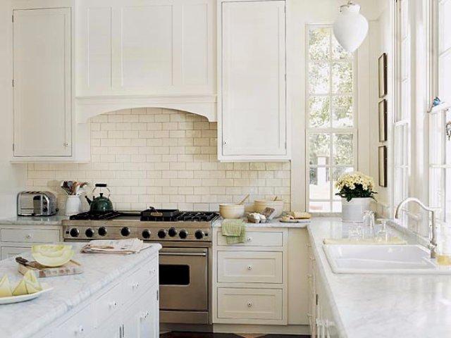 Дизайн кухни с отделкой из белого кирпича