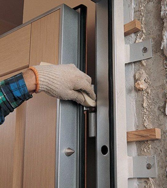Монтаж и преимущества металлических дверей