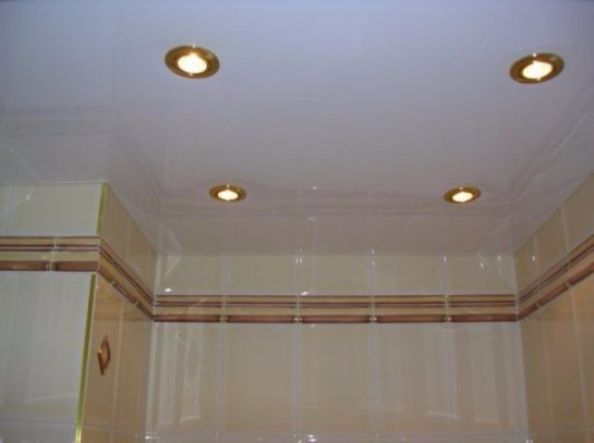 Преимущества пластикового потолка