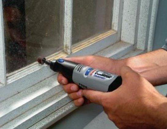 Очищаем окна от старой краски