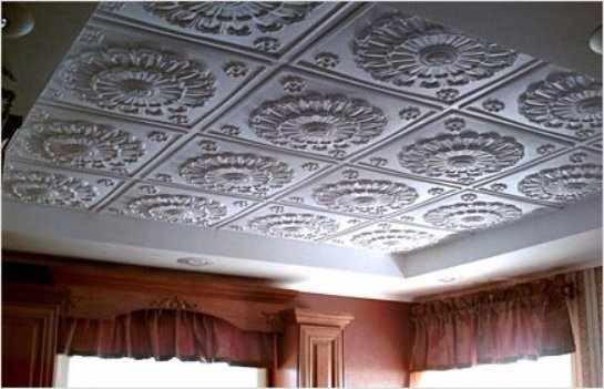 Достоинства клеевых потолков