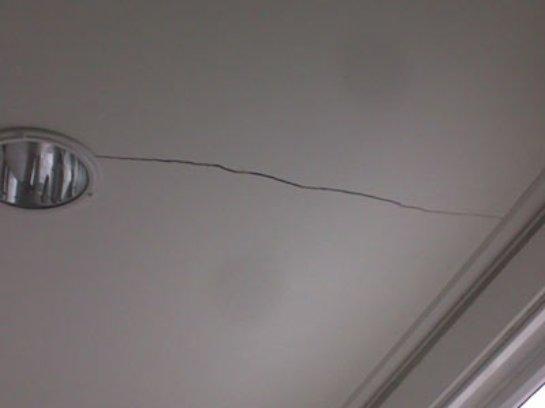 Удаляем трещины с потолка