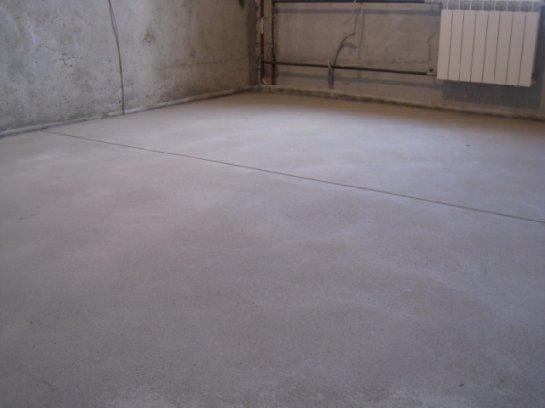 Цементный пол в загородном доме