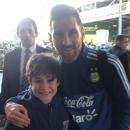 Месси сфотографировался с мальчиком, которого не пускали к футболисту охранники