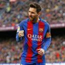 Фанат в игре Лиги чемпионов выбежал на поле и поцеловал бутсу Месси