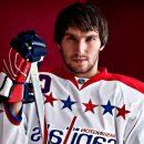 Хоккеист Овечкин подарил бездомному из Эдмонтона одежду