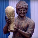 В Сети высмеяли статую Марадоны в Индии за неправдоподобность